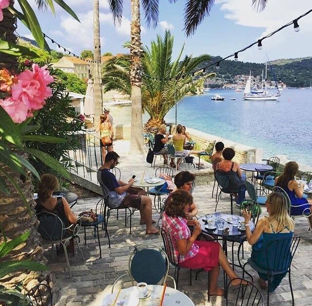 3 guldkorn på Vis – ön där nya Mamma Mia-filmen spelades in