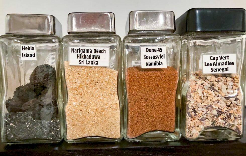 Han har sand från 56 platser i världen – i kryddhyllan