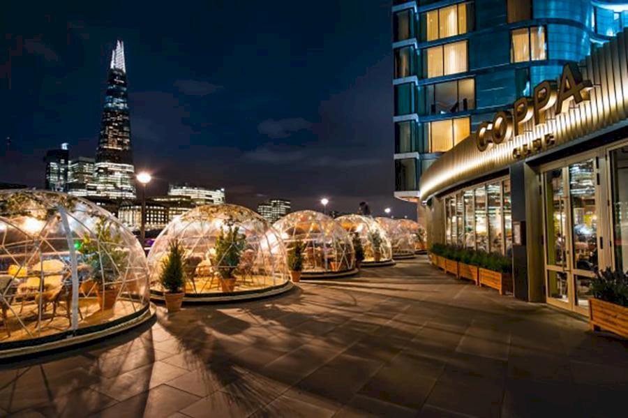 I London kan du äta middag vid Themsen – i en uppvärmd plastigloo