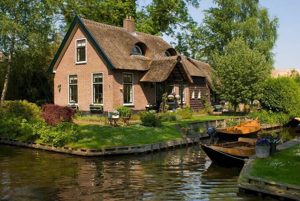 I den här pittoreska byn i Nederländerna är vägarna utbytta mot kanaler