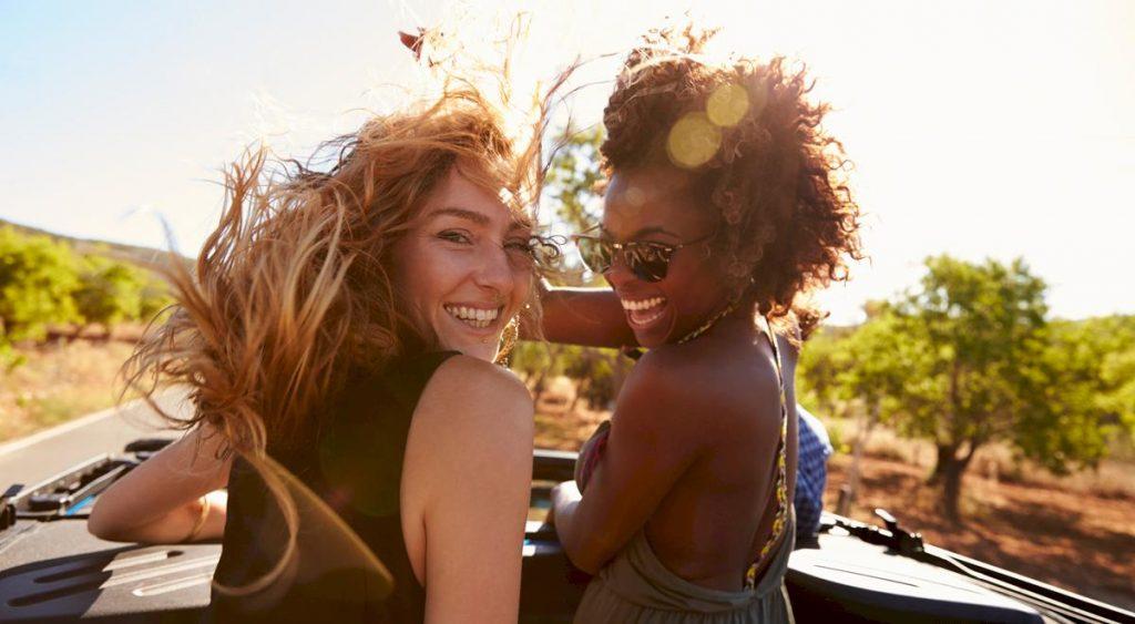 Två glada tjejer på resa